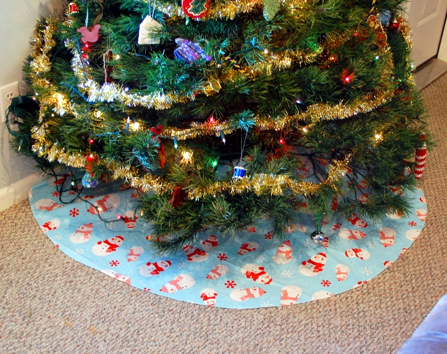 The finished tree skirt looks great!